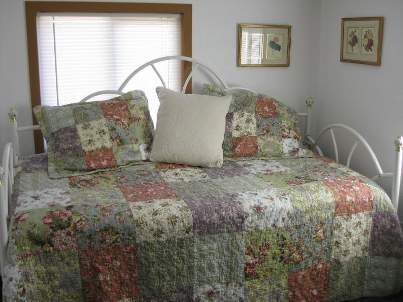 Queen Bed & Day Bed w/ Trundle - Sleeps 4
